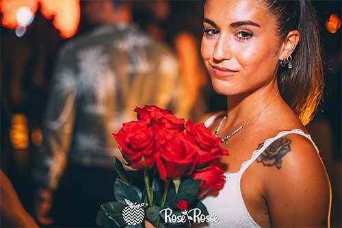 rose-rosse-seven-apples-ragazza