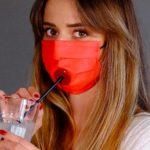 Una mascherina per poter bere in sicurezza