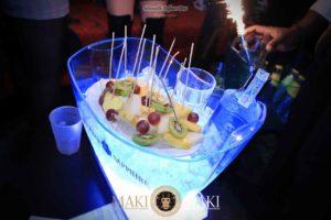 [6]-tavolo-bottiglia-domenica-maki-discoteca-viareggio