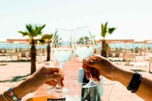 ostras-estate-2021-settembre-vino-gazebo-spiaggia-pranzo